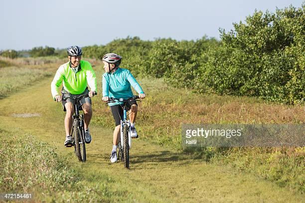 couple Senior équitation vélos