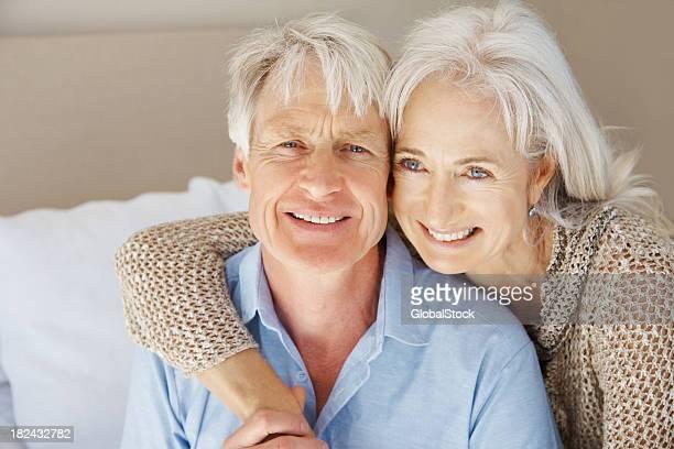 couple Senior chez vous, soyez romantique