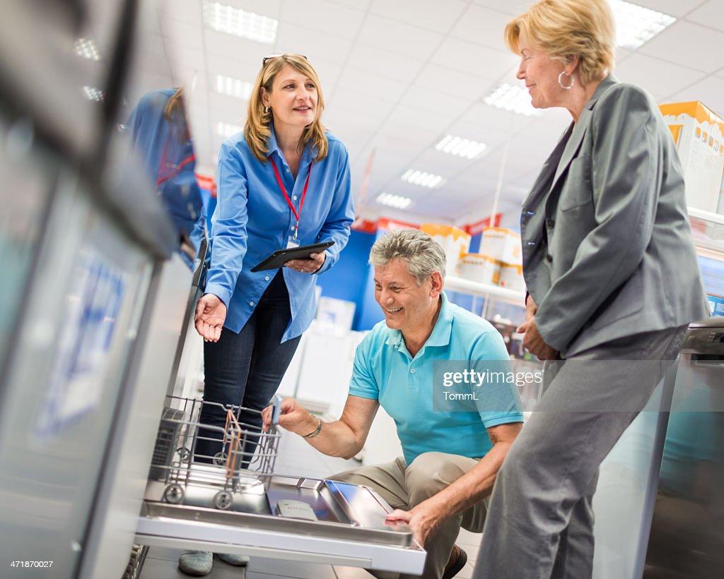 Senior Couple Shopping Magasin d'électroménager : Photo