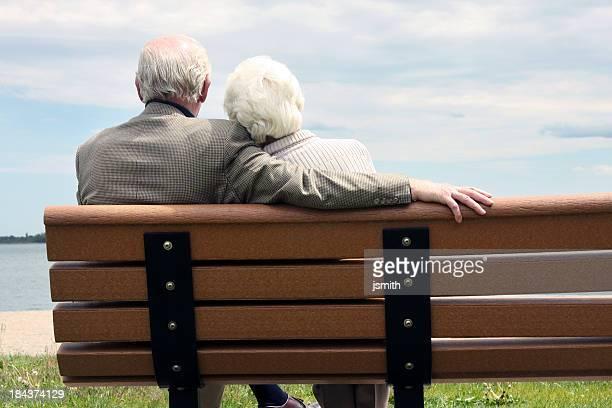 Altes Paar sitzt auf der Parkbank
