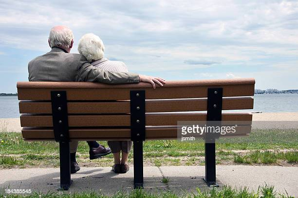 Senior Couple assis sur le banc