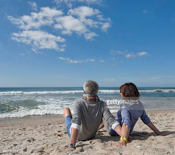 Altes Paar sitzen entspannt am Strand der Insel Sylt