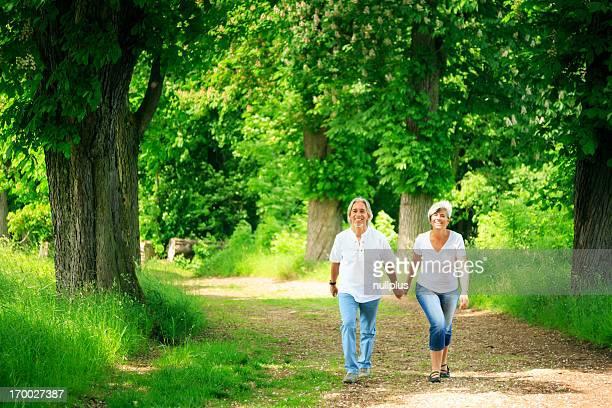 Coppia senior prendendo una passeggiata