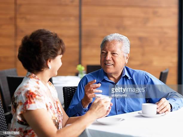 couple Senior parler dans un restaurant