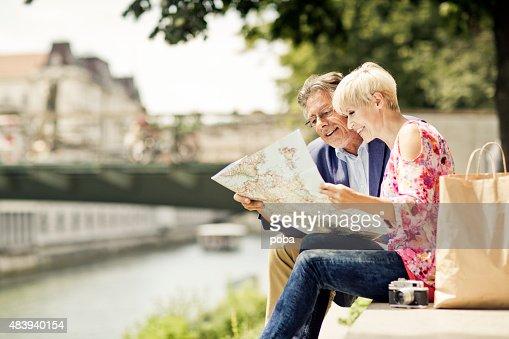 Senior coppia di turisti in città