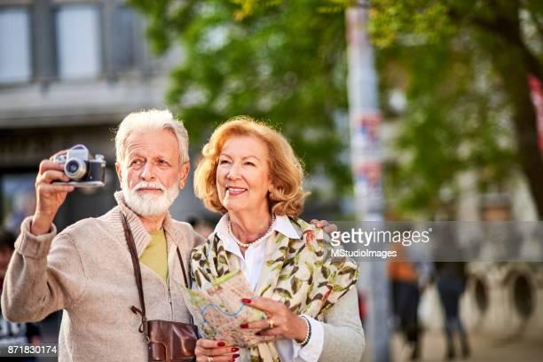 Äldre par resor