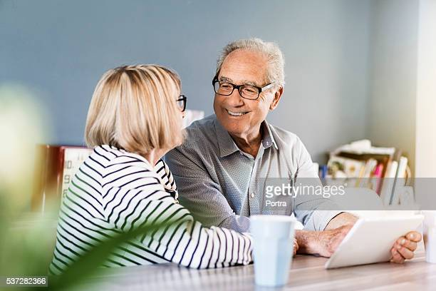 couple Senior à l'aide de tablette numérique à la maison