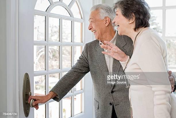 couple Senior en attente pour la famille