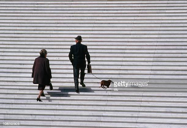 Coppia Senior a piedi Bassotto cane su scale