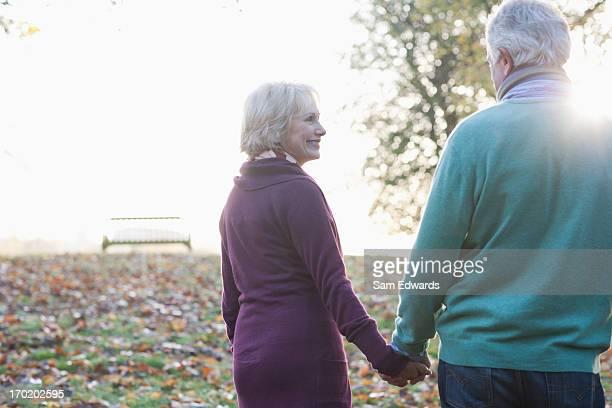 Coppia Senior a piedi nel parco