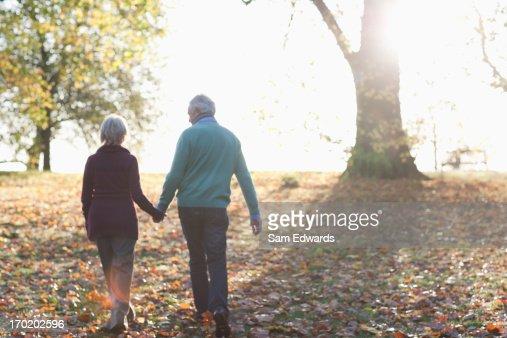 Senior Pareja caminando en el parque