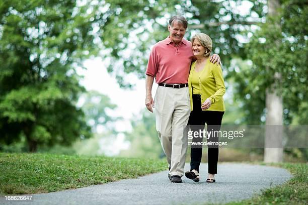 Altes Paar walking im park im Sommer