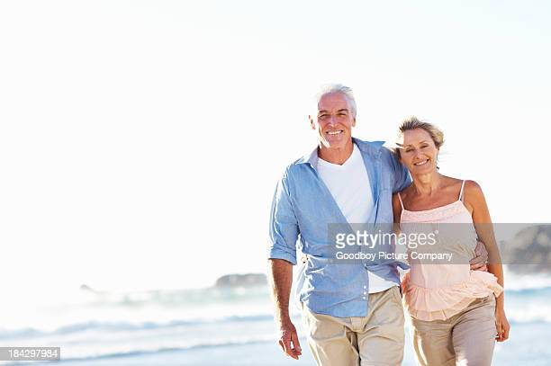 Senior couple marchant sur la plage