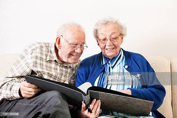 senior pareja mirando fotos