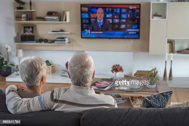 Altes Paar beobachten Fernseher
