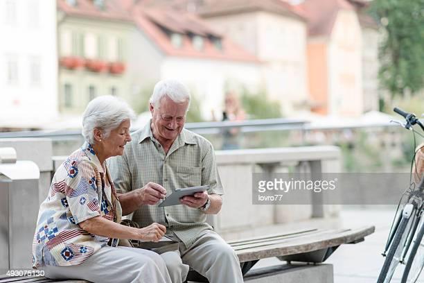 Altes Paar mit tablet PC