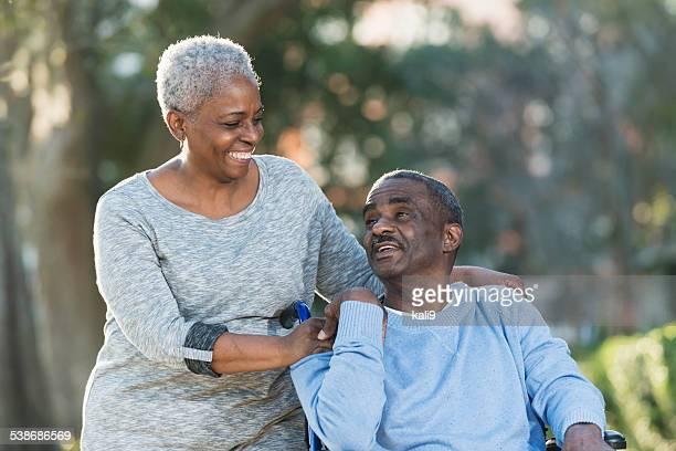 Casal Idoso com homem em Cadeira de Rodas