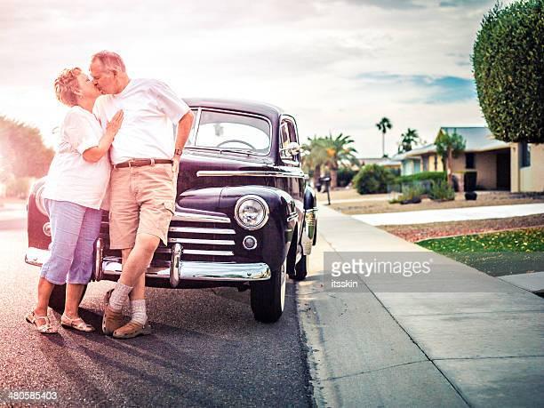 Coppia Senior con auto retrò