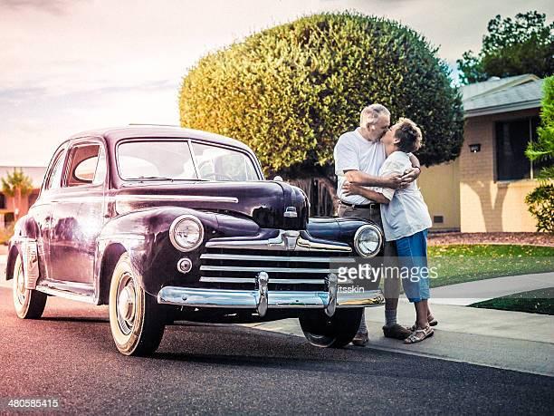 Pareja Senior con coche retro