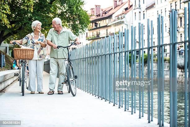 Altes Paar mit dem Fahrrad auf der Straße in der Stadt
