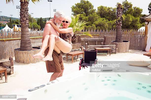Altes Paar mit Frau im Rollstuhl