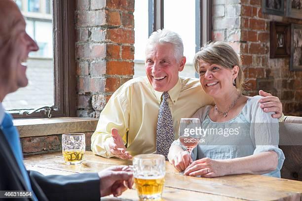 Couple Senior en dégustant un verre