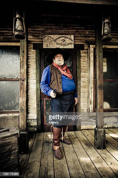 Alter Cowboy-Mann stehend auf Veranda