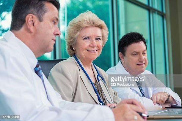 Senior-Ärzte und medizinische Fachleute meeting im Krankenhaus Meetingraum