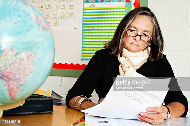 Senior d'école primaire enseignant corriger Faire ses devoirs