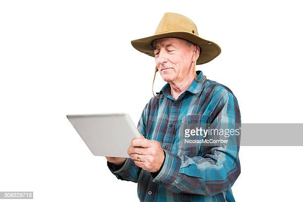Agriculteur Senior à l'aide de tablette numérique isolé