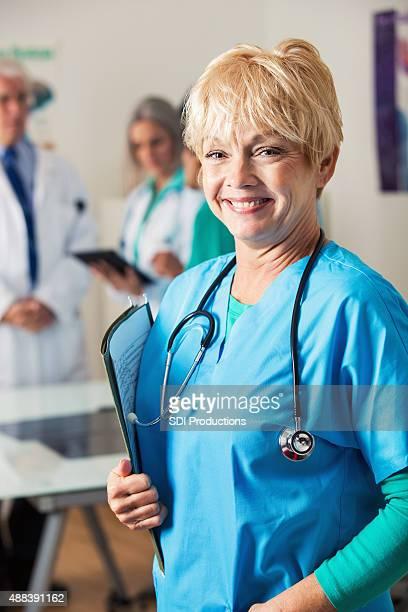 Senior weibliche Krankenschwester oder Arzt im medizinischen Büro oder hospital