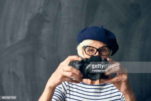 Senior femenino fotógrafo