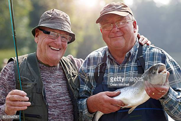 portrait de Senior amis et à la pêche sur le lac