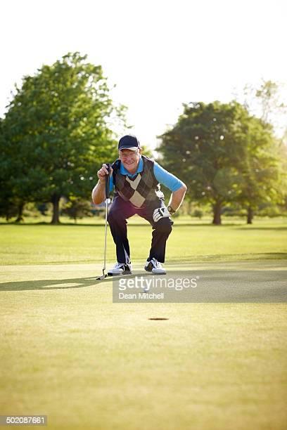 Ältere golfer bereitet, putt