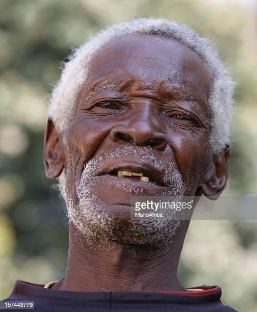 Senior uomo africano grigio