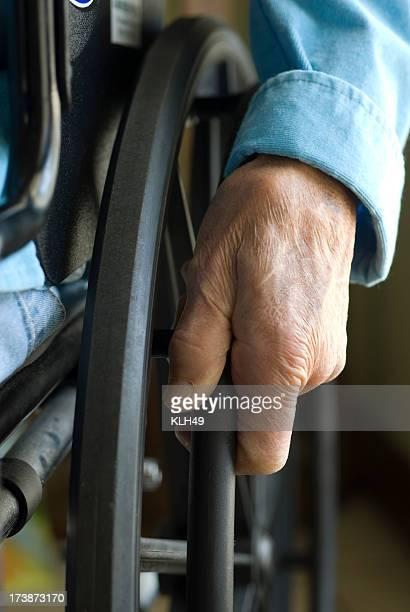 Mains Senior sur fauteuil roulant
