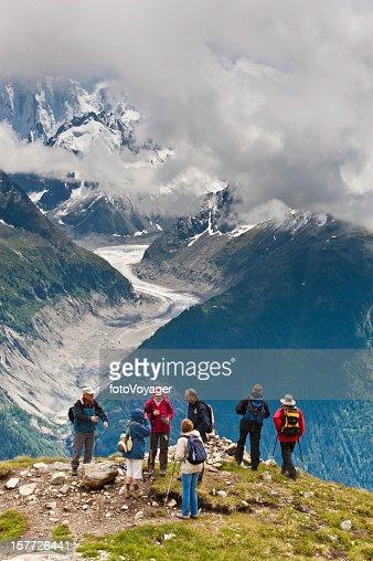 Senior caminhada na montanha Alpes esquecendo Glaciar