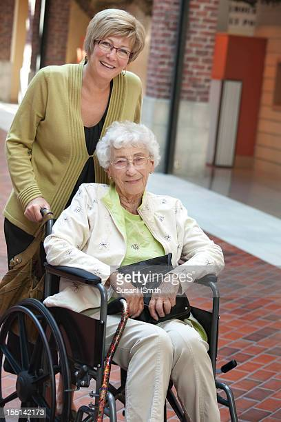 Senior im Rollstuhl im Mall