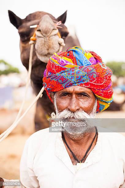 Supérieur homme Indien avec des chameaux à Pushkar foire aux chameaux