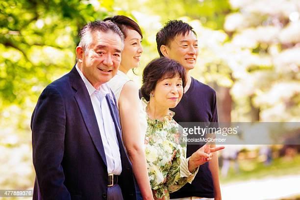 高齢者のカップルブレークでポーズパーク楽しい peace サイン