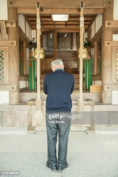 Senior homme japonais est vénérée sous le sanctuaire