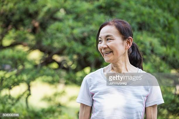 高齢者の女性屋外笑顔、遠く