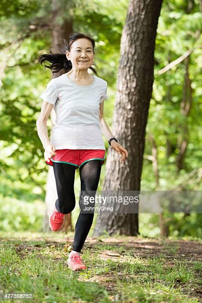高齢者の女性を走る森