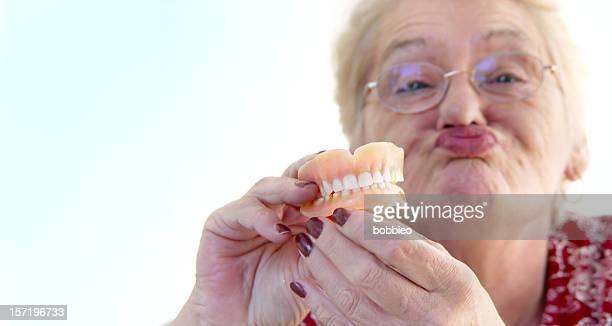 senior-vistazo a los niños y desechables dientes