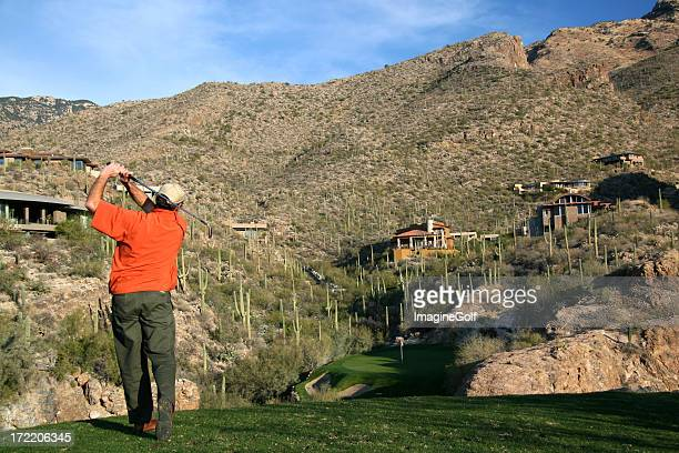 Senior macho caucasiana Deserto de golfe no buraco de Golfe