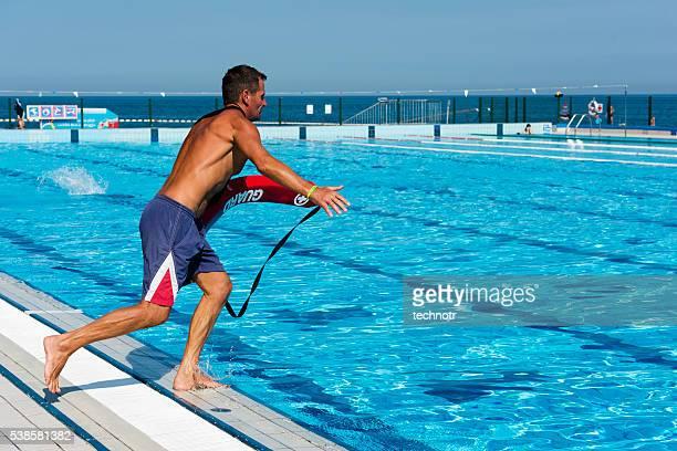 Senior homme maître-nageur de l'action