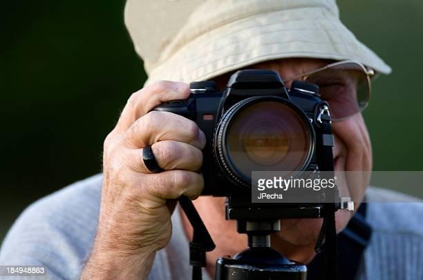 Macho fotógrafo Senior con cámara primer plano