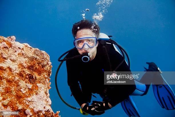 Senior homme plongée sous-marine à la recherche dans la caméra avec espace pour copie