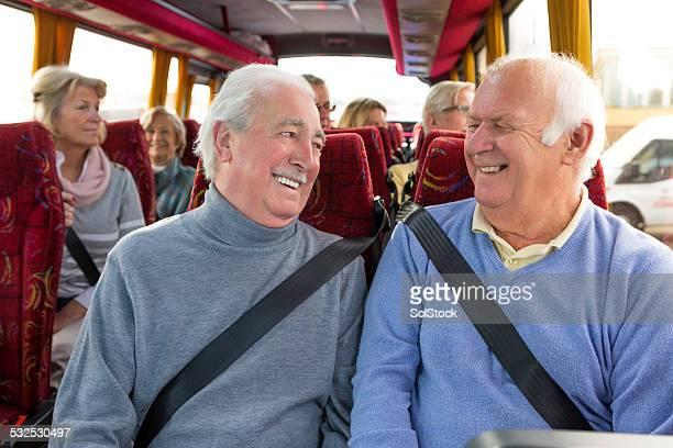 Ältere männliche Sie die Busfahrt