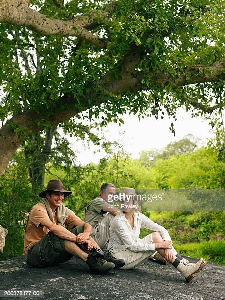 Et homme Senior couple assis sur un rocher sous safari